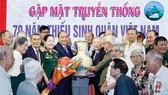 Thủ tướng Nguyễn Xuân Phúc tặng quà các cựu học sinh Trường Thiếu sinh quân Việt Nam