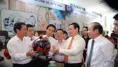 Phó Thủ tướng Vương Đình Huệ thăm các gian hàng tại Hội nghị. Ảnh: VGP
