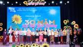 Các tổ chức, cá nhân có nhiều đóng góp tích cực cho Hội PNTT TP nhận hoa tri ân của lãnh TPHCM. Ảnh: hcmcpv