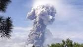 Núi lửa phun trào, động đất ở Indonesia