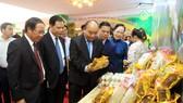 Thủ tướng Nguyễn Xuân Phúc tham quan mô hình và các gian hàng trưng bày sản phẩm nông nghiệp của thành phố Hải Phòng. Ảnh: TTXVN