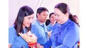 Phó Chủ tịch LĐLĐ TPHCM Lê Thị Kim Thúy trao biểu trưng, huy hiệu Vì sự nghiệp CEP tặng cán bộ nhân viên