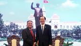 Đồng chí Lê Thanh Liêm, Phó Chủ tịch Thường trực UBND Thành phố Hồ Chí Minh (phải) tiếp ông Ly Vann Hong, Đặc phái viên Chính phủ Hoàng gia, Quốc vụ khanh Bộ Thông tin Vương quốc Campuchia. Ảnh: TTXVN