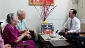 Đồng chí Lê Thanh Liêm chúc mừng Nhà giáo Võ Anh Tuấn, Nguyên Bí thư Đảng uỷ, Phó Giám đốc Sở Giáo dục Nam Bộ. Ảnh: VOH