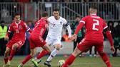 Ronaldo (áo trắng) đi bóng trước hàng phòng ngự Luxembourg