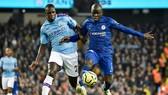 N'Golo Kante (phải, Chelsea) đi bóng trước Benjamin Mendy của Manchester City