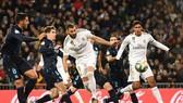 Tiền đạo Karim Benzema (số 9) ghi bàn quân bình tỷ số 1 - 1 cho Real Madrid