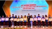 """Các học sinh đạt danh hiệu """"Học sinh 3 tốt"""" cấp trung ương năm học 2018-2019 nhận Bằng khen của Trung ương Đoàn Thanh niên Cộng sản Hồ Chí Minh. Ảnh: Hanoimoi"""