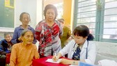 Bác sĩ Bệnh viện Nguyễn Tri Phương khám bệnh cho người dân