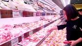 Mua thịt heo trong siêu thị