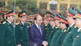 Thủ tướng Nguyễn Xuân Phúc với các cán bộ, sỹ quan chỉ huy Bộ Tư lệnh Binh chủng Tăng thiết giáp. Ảnh: TTXVN