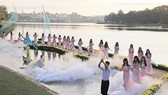 Trình diễn trang phục tơ lụa trên mặt hồ Xuân Hương