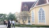 Đoàn khảo sát khoanh vùng bảo vệ di tích tại Tu viện Hội Dòng Mến Thánh Giá Thủ Thiêm, quận 2, TPHCM. Ảnh: KIỀU PHONG