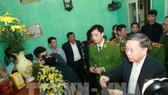Đại tướng Tô Lâm, Bộ trưởng Bộ Công an thắp hương chia buồn sự mất mát của thân nhân Thượng tá Nguyễn Huy Thịnh. Ảnh: TTXVN
