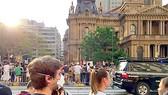 Người dân Sydney mang khẩu trang chống bụi mịn ra đường. Ảnh: VÂN PHAN