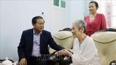 Phó Chủ tịch Quốc hội Đỗ Bá Tỵ thăm và chúc Tết gia đình Chủ tịch nước Võ Chí Công. Ảnh: TTXVN