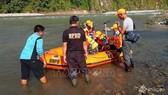 Lực lượng cứu hộ tìm kiếm nạn nhân sau vụ sập cầu tại thị trấn Kaur, trên đảo Sumatra, Indonesia ngày 20/1/2020. Ảnh: AP/TTXVN