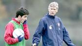 Cesc Fabregas (trái) là cầu thủ Tây Ban Nha nhưng thi đấu tại nước Anh cho CLB Arsenal từ năm 16 tuổi