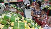 Hoạt động mua bán tại một siêu thị ở TPHCM. Ảnh: HOÀNG HÙNG