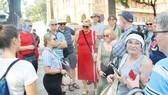 Du khách nước ngoài tham quan TPHCM ngày 1-3. Ảnh: CAO THĂNG