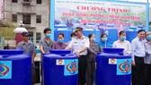 Đại tá Đinh Văn Thắng, Phó Tư lệnh Vùng 2 Hải quân trao bồn chứa nước cho đại diện người dân