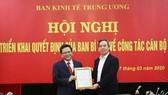 Đồng chí Nguyễn Văn Bình (phải) chúc mừng tân Phó Trưởng Ban Nguyễn Đức Hiển. Ảnh: Dangcongsan.vn