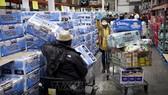 Người dân mua nhu yếu phẩm để tích trữ tại một cửa hàng ở Novato, bang California, Mỹ trong bối cảnh dịch Covid-19 lây lan nhanh tại nước này, ngày 14-3-2020. Ảnh: AFP/TTXVN