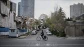 Cảnh vắng vẻ tại một tuyến phố do dịch Covid-19 ở Tehran, Iran ngày 25-3. Ảnh: THX/TTXVN