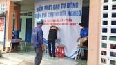 """Người dân nhận gạo từ """"ATM gạo"""" tại phường Tân Thới Nhất"""