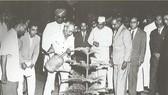 Chủ tịch Hồ Chí Minh trồng cây ở bang Bangalore trong chuyến thăm Ấn Độ, ngày 11-2-1958. Ảnh: Tư liệu