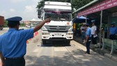Kiểm tra tải trọng phương tiện tại Trạm cân số 3 trên đường Nguyễn Văn Linh. Ảnh: HUY KHÁNH