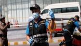 Cảnh sát điều tra tại hiện trường vụ nổ súng tại Đài phát thanh nhà nước ở tỉnh Phitsanulok. Ảnh: Reuters/TTXVN