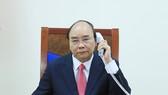 Thủ tướng Nguyễn Xuân Phúc điện đàm với Thủ tướng Singapore. Ảnh: VGP/QUANG HIẾU