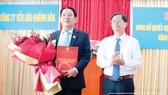 Ông Nguyễn Tấn Tuân - Phó Bí thư Tỉnh ủy, Chủ tịch UBND tỉnh (bên phải) trao quyết định bổ nhiệm Chủ tịch Hội đồng thành viên Công ty Yến sào Khánh Hòa cho ông Nguyễn Anh Hùng.