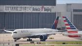Máy bay thuộc Hãng hàng không Delta Airlines của Mỹ tại sân bay Bắc Kinh, Trung Quốc ngày 25-7-2018. Ảnh: AFP/TTXVN