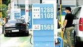 Giá xăng dầu được niêm yết tại trạm xăng ở Seoul, Hàn Quốc
