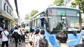 Hình thành thói quen đi xe buýt để kéo giảm ô nhiễm khí thải tại TPHCM. Ảnh: CAO THĂNG