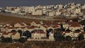 Toàn cảnh Khu định cư Do Thái Pisgat Zeev (cận cảnh) và khu định cư Anata của người Palestine ở Jerusalem. Ảnh tư liệu: AFP/TTXVN