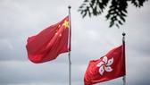 Quốc kỳ Trung Quốc (trái) và cờ của Đặc khu hành chính Hong Kong. Ảnh: SCMP