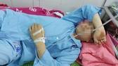 Anh Vũ Văn Pho điều trị ở bệnh viện sau khi bị đánh. Ảnh: Thanh Nien Online