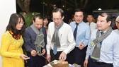 Phó Chủ tịch Thường trực UBND TPHCM Lê Thanh Liêm cùng các đại biểu tham quan gian hàng tại Ngày hội Du lịch TPHCM
