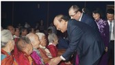 Thủ tướng Nguyễn Xuân Phúc thăm hỏi các Bà mẹ Việt Nam anh hùng. Ảnh: VGP/Quang Hiếu