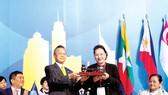 Chủ tịch Quốc hội Nguyễn Thị Kim Ngân tiếp nhận chức Chủ tịch Đại hội đồng Liên nghị viện ASEAN lần thứ 41 (AIPA 41), tại lễ bế mạc Đại hội đồng AIPA 40 ở Bangkok (Thái Lan), sáng 29-8-2019. Ảnh: TTXVN