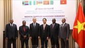 Thứ trưởng Bộ Ngoại giao Tô Anh Dũng với các Đại sứ, đại diện Đại sứ quán các nước Algeria, Angola, Mozambique, Nigeria và Nam Phi tại Việt Nam. Ảnh: Văn Điệp/TTXVN