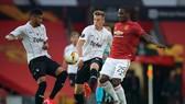Tiền đạo Odion Ighalo (25, Man.United) trước sự truy cản của các hậu vệ LAST. Ảnh: DailyMail