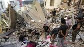Các binh sĩ Lebanon tìm kiếm người sống sót sau vụ nổ. Ảnh: AP
