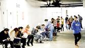 Người thất nghiệp tại Los Angeles (Mỹ) kê khai để được hưởng trợ cấp