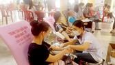 Gần 200 tăng ni, Phật tử chùa Vĩnh Nghiêm và người dân các phường trên địa bàn quận 3 tham gia hiến máu