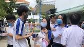 Thí sinh dự thi tại Trường THPT Nguyễn Công Trứ, TP Long Xuyên, tỉnh An Giang ra về sau khi thi xong môn ngữ văn kỳ thi tốt nghiệp THPT 2020. Ảnh: Trần Ngọc/Thanh Niên