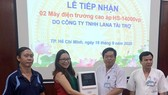 Đại diện Bệnh viện Thống Nhất tiếp nhận tài trợ 02 máy điện trường cao áp HS-14000vp